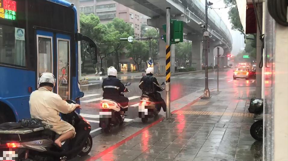 示意圖/TVBS資料照 帶傘!全台14縣市大雨特報 北北桃防冰雹、雷擊強陣風