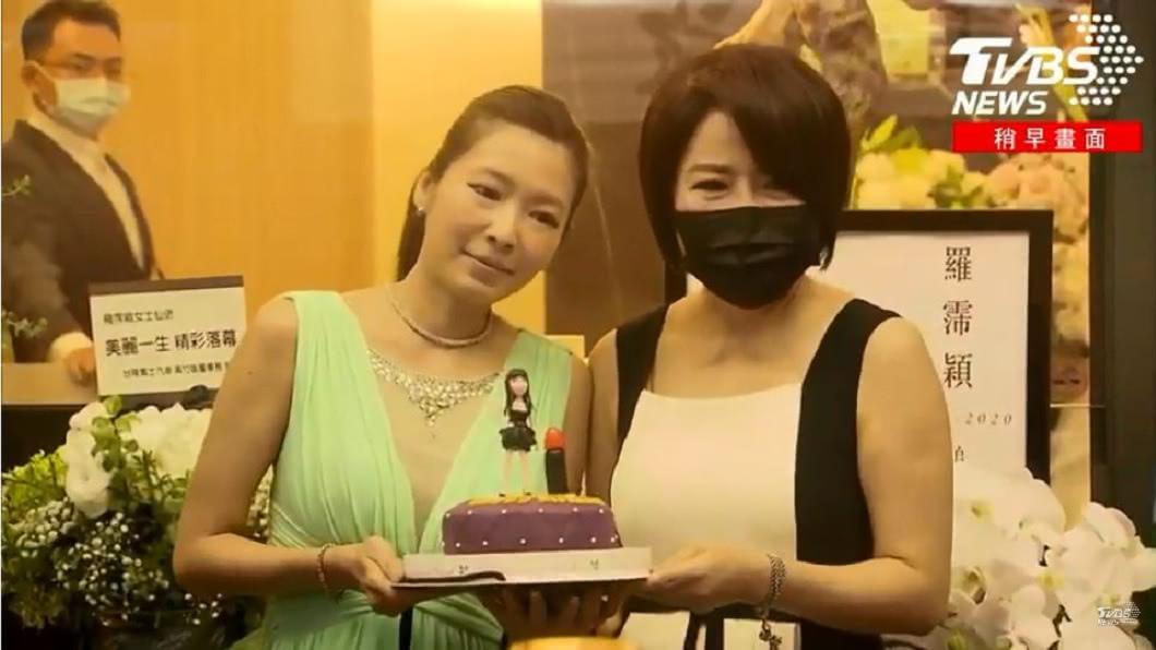 今(12)日是羅霈穎的60歲冥誕,好友于美人和Makiyo捧著羅霈穎造型的蛋糕現身靈堂慶祝。(圖/TVBS) 羅霈穎60歲冥誕蛋糕曝光 好友爆:她最在意「1細節」