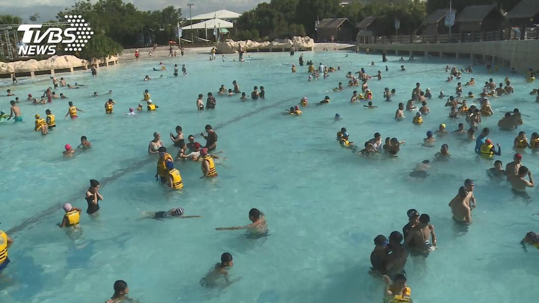 近日有男高中生集體跑去水上樂園猥褻女遊客。(圖/TVBS) 男學生偷摸比基尼妹喊「好像夜店」 警方逮人了