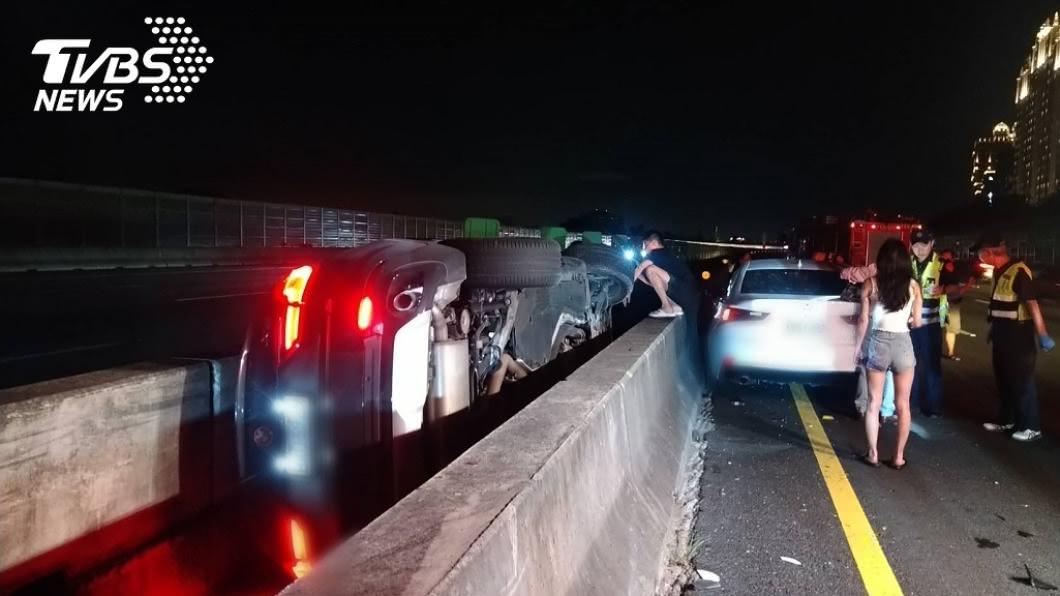 國道3號北上路段發生車禍。(圖/TVBS) 國道3北上樹林段車禍 3車追撞1人送醫