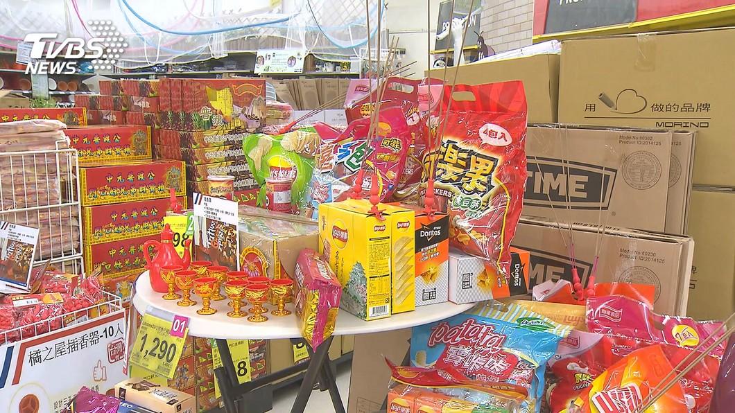 許多家庭或公司行號都會準備供品來祭拜。(圖/TVBS資料畫面) 準備公司普渡供品「犯1錯」 新人冒冷汗:可能會被消失