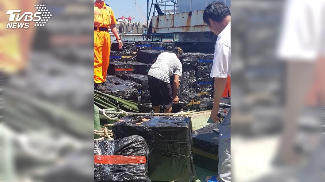 海巡署近日在馬祖海域緝獲走私菸船隻,共1334箱(68萬包)未稅菸,這是馬祖有史以來查獲最大筆的走私菸案。(圖/海巡署第十海巡隊提供) 上半年查獲私菸300萬條 較去年同期大增1.3倍