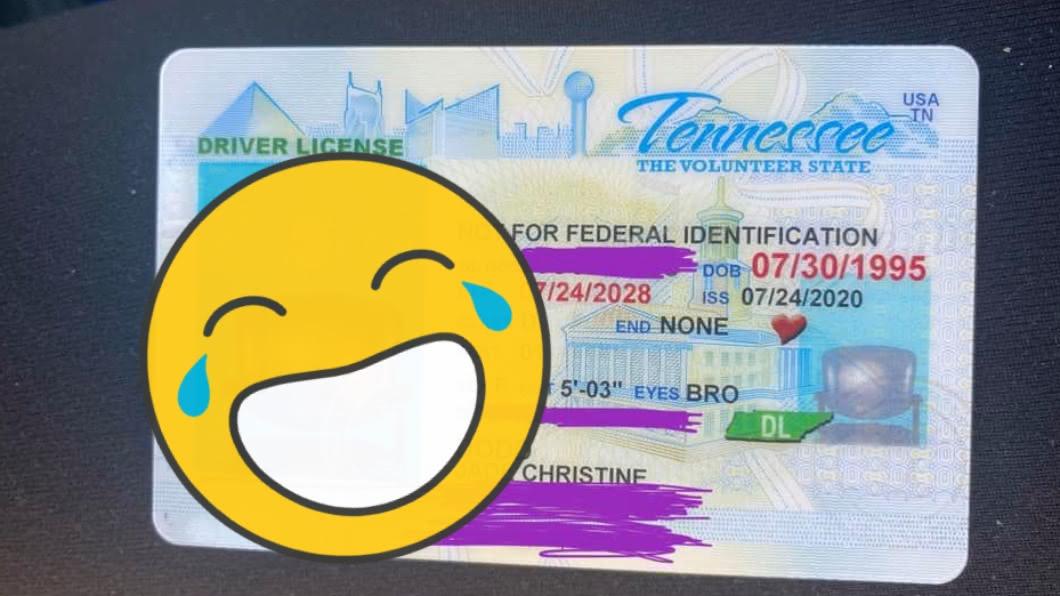 女子收到烏龍駕照。(圖/翻攝自Jade Dodd臉書) 補發駕照…女駕駛大頭貼「史上最荒唐」 萬人笑瘋狂惡搞
