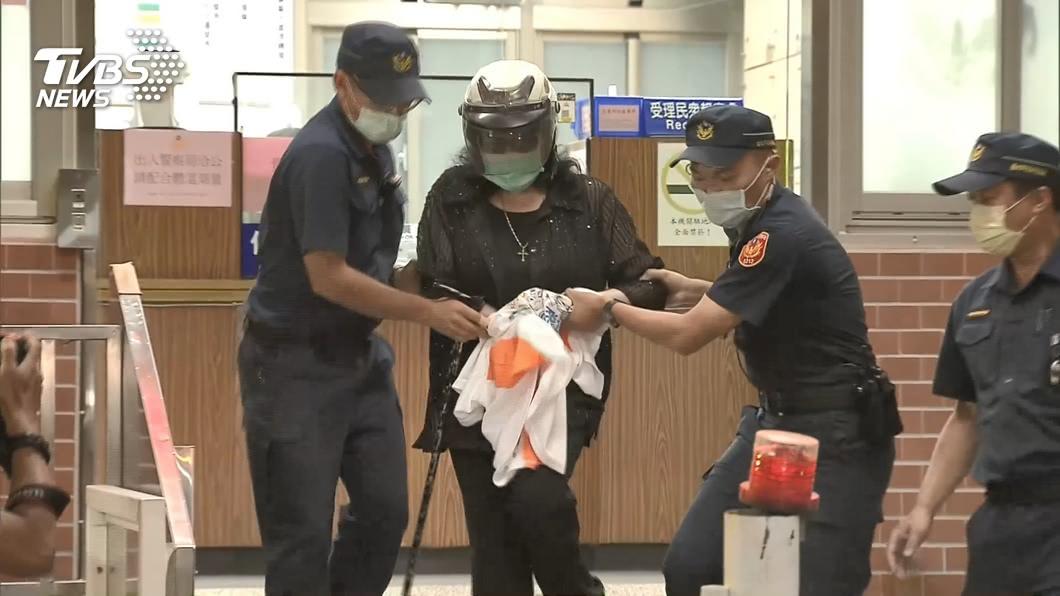 鄭惠中朝李登輝遺照潑漆被判拘役25日。(圖/TVBS資料畫面) 朝李登輝遺照潑漆辯「洗一洗就掉」 下場出爐了