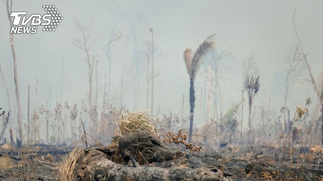 巴西中西部許多城市連日來被濃煙壟罩。(圖/達志影像美聯社) 巴西疫情嚴峻 大沼澤野火煙塵汙染雪上加霜