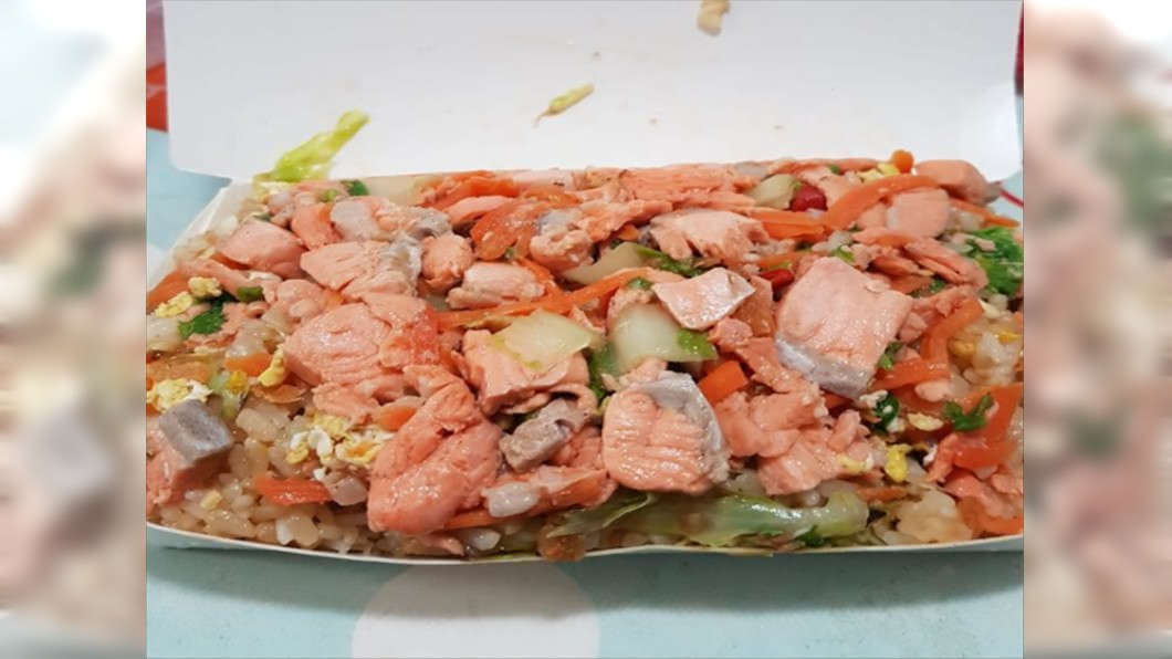 80元鮭魚炒飯分量超澎湃。(圖/翻攝自臉書社團「爆怨公社」) 阿嬤開的?塞到餐盒都變形 鮭魚炒飯只要80元