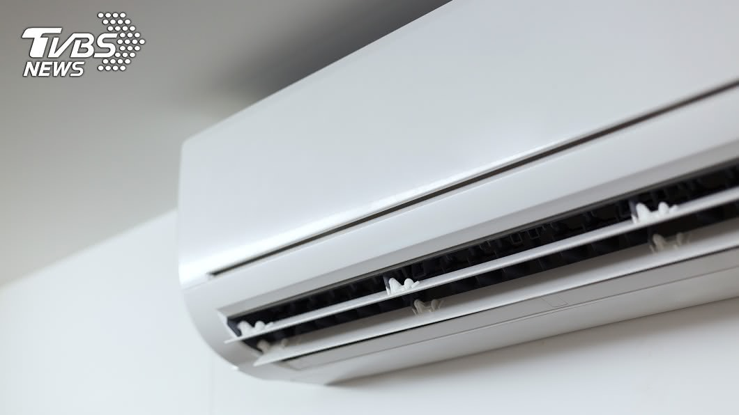 如果辦公室沒開冷氣真的會受不了。(示意圖/shutterstock達志影像) 冷氣電費1萬2…員工遭逼平均分擔 老闆不付理由驚呆網