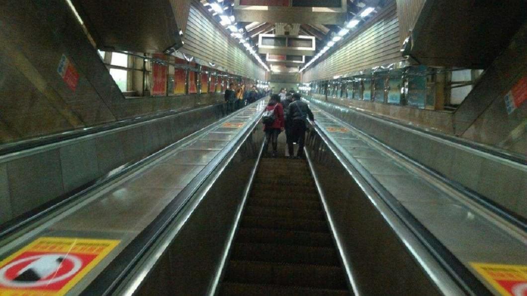 全中國大陸最深地鐵站位於重慶。(圖/翻攝自陸媒) 《地心冒險》真實版!「地下31層」魔幻山城地鐵模樣曝