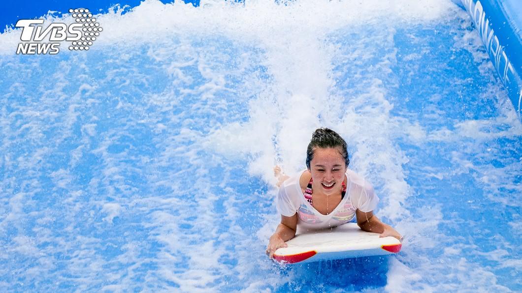 許多人會揪三五好友前往水上樂園玩水消暑。(示意圖/shutterstock達志影像) 去水上樂園玩造浪池 23歲女「飛出浪尖重撞」險毀容