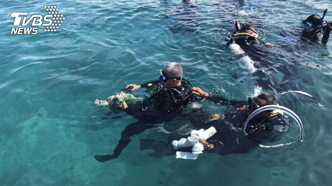 澎湖舉行大型淨海活動。(圖/中央社) 澎湖千人參與淨灘、淨海 讓海洋更美麗