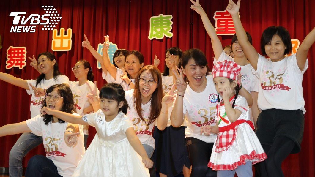 (圖/新北市社會局提供) 慢飛天使畢業邁向新人生 家長笑中帶淚