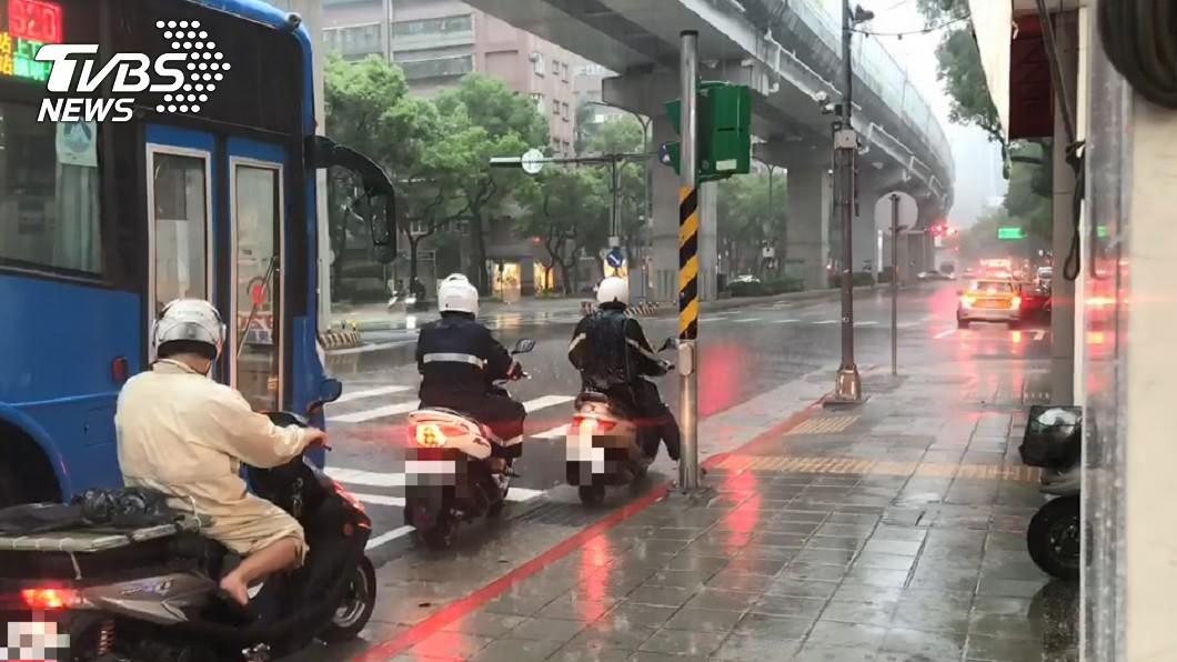 大雷雨恐再連下一週。(示意圖/TVBS資料畫面) 雷雨恐「再下一整週」 專家:此情況很少見