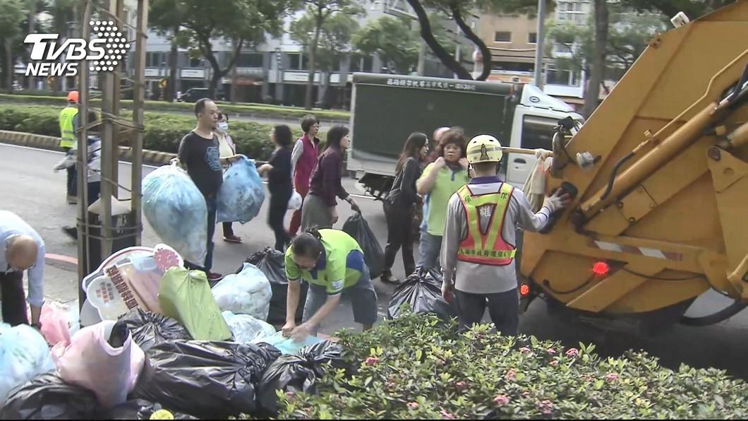 大年初四開始台北市恢復收運一般垃圾、廚餘及資源回收物。(圖/TVBS資料畫面) 過年垃圾堆積如山 明起北市清潔隊恢復正常收運
