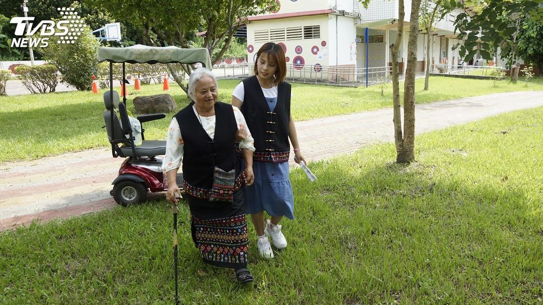 阿嬤膝蓋不好只能慢慢走,黃麥臣常常牽著阿嬤一路相隨。(圖/TVBS) 19歲國標舞冠軍女孩 為照顧阿嬤將成最年輕照服員