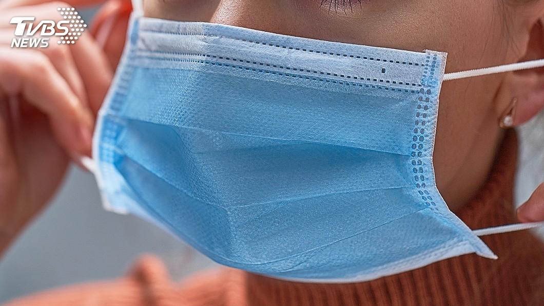 疫情升溫,提醒國人外出應戴好口罩。(示意圖,與當事人無關/shutterstock達志影像) 美醫批台灣防疫資訊停在去年:口罩應戴2層 陳時中回應