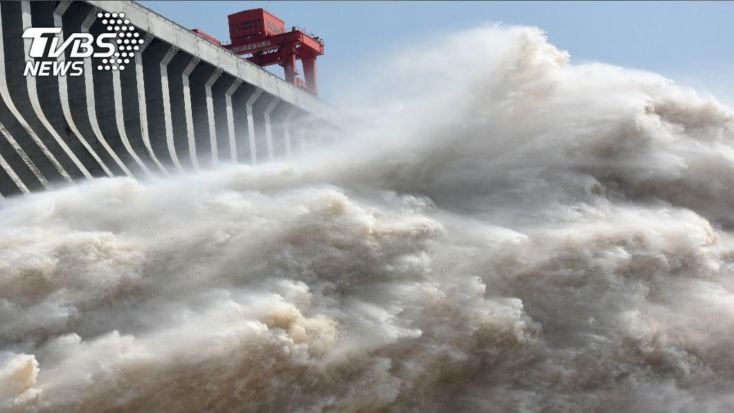 (圖/達志影像路透社) 三峽大壩史上最大洪峰來襲 首度開11孔洩洪