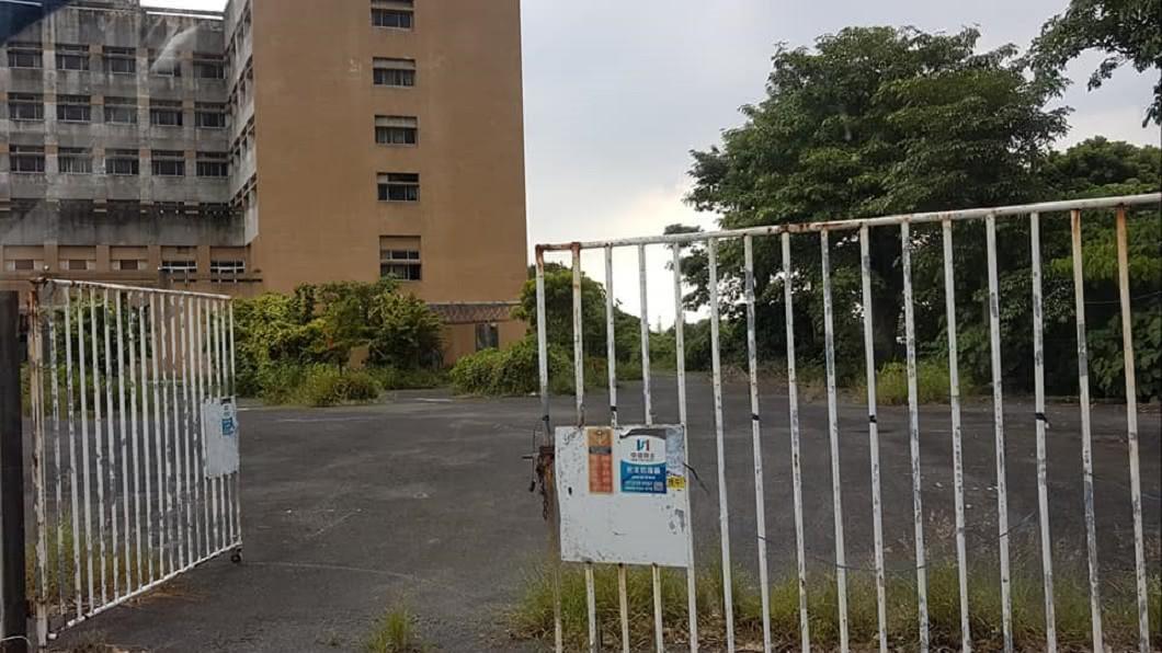 鬼門開首日網友驚見廢棄多年的大順醫院鐵門大開。(圖/網友授權提供) 鬼月就出事?「最凶」廢棄醫院鐵門開 網嚇:有警車