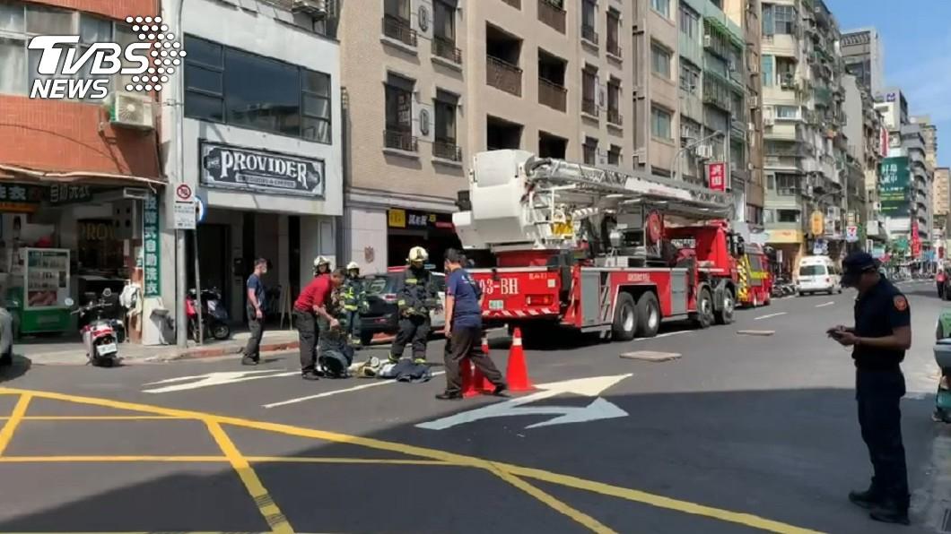 男子砍人後宛如蜘蛛人爬上10樓躲警察。(圖/TVBS) 隨機砍傷貨車司機!嫌化身「蜘蛛人」躲追緝仍遭捕