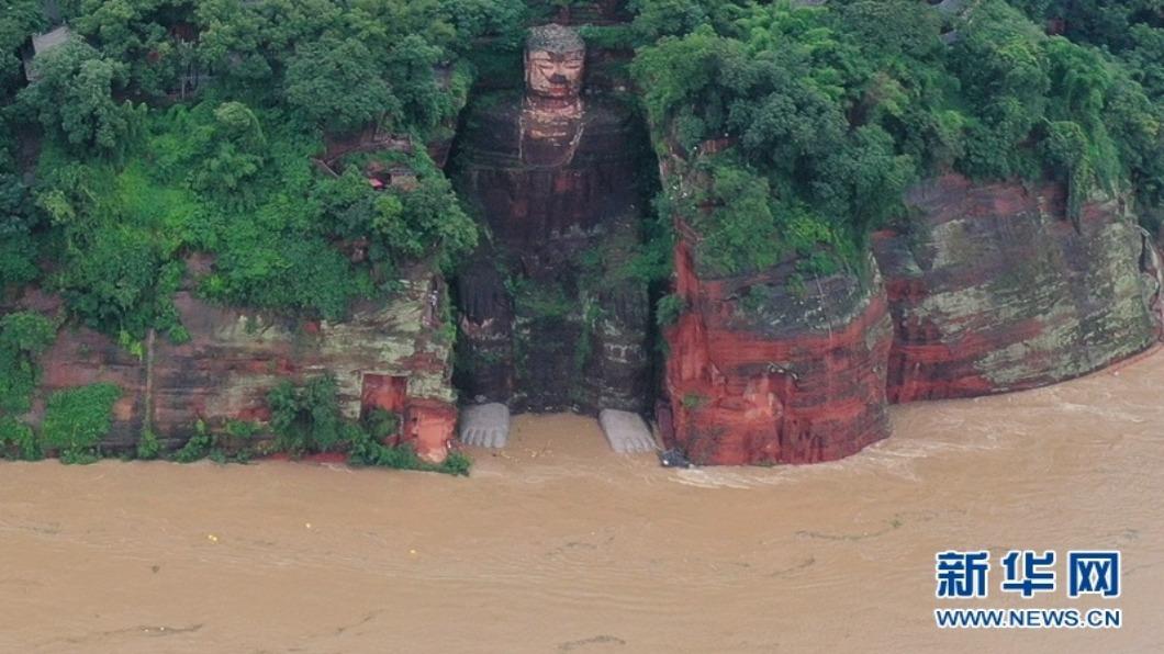圖/翻攝自新華網 四川.重慶嚴重洪災 三峽大壩開十口洩洪
