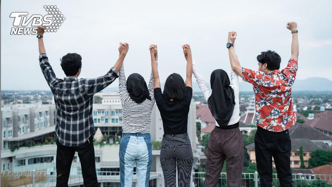 全球15至24歲年輕人感染比例已自2月的4.5%上升到7月中旬的15%。(圖/shutterstock達志影像) 年輕人染新冠急遽增加 世衛:集中在15至24歲