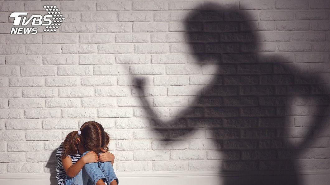 (示意圖/shutterstock 達志影像) 女兒遭虐「胃穿孔慘死」 冷血母:她裝的!