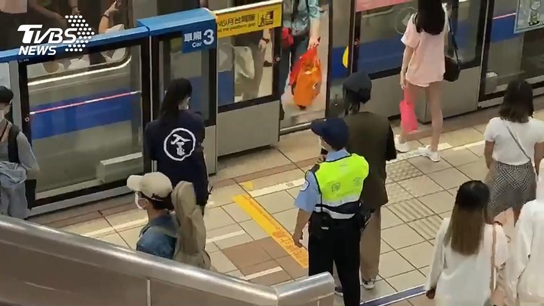 有民眾進入捷運站卻不配戴口罩,違法遭送辦。(示意圖/TVBS) 男搭北捷拒戴口罩 「囂張扯警」反遭壓制送辦