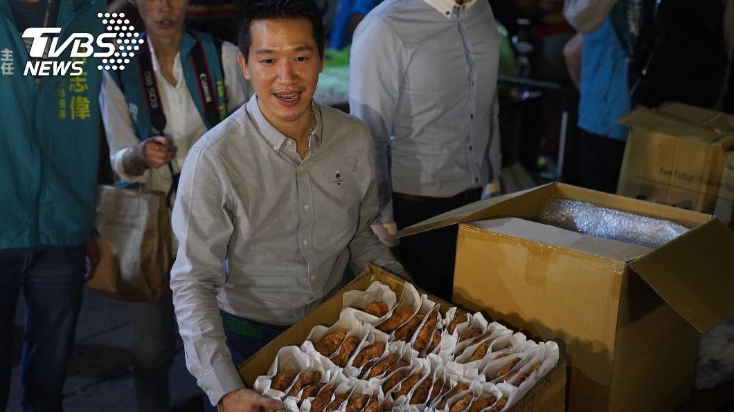 立委何智偉發放雞排。(圖/中央社) 何志偉兌現祭品文 1200份雞排半小時索取一空
