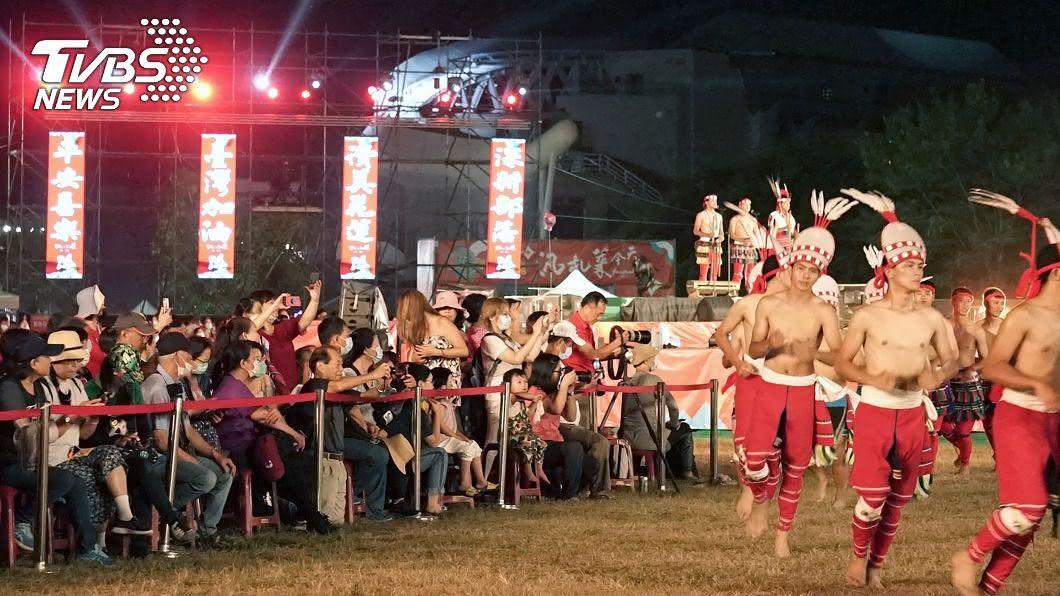 花蓮聯合豐年節。(圖/中央社) 花蓮聯合豐年節湧人潮 民眾嘆太熱口罩戴不住