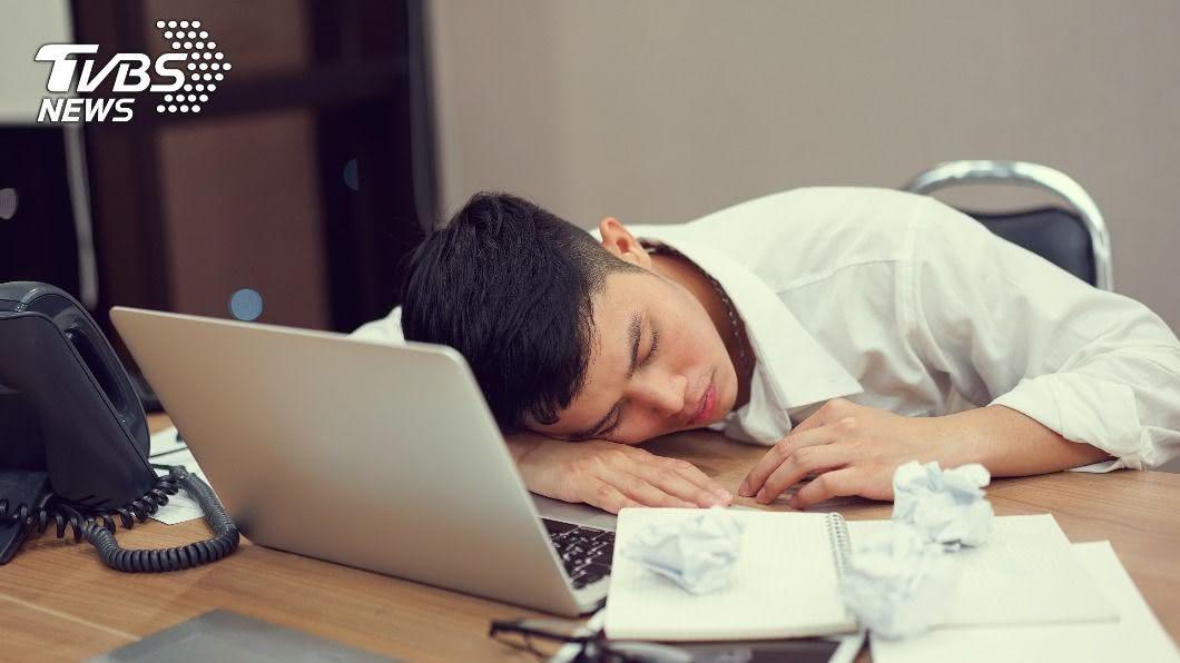 上班族午休趴睡,起床驚覺右耳全聾。(示意圖/shutterstock達志影像) 上班族餐後趴睡「右耳全聾」!醫揪2壞習慣:後果不可逆