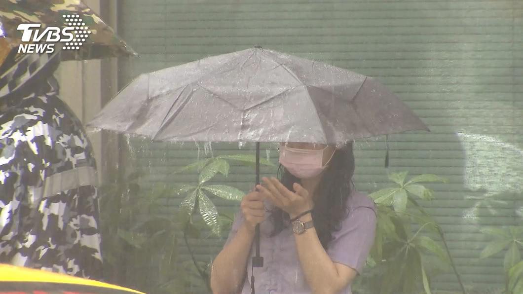 (圖/TVBS) 低壓帶影響全台有雨 海神增強為中颱朝日韓前進