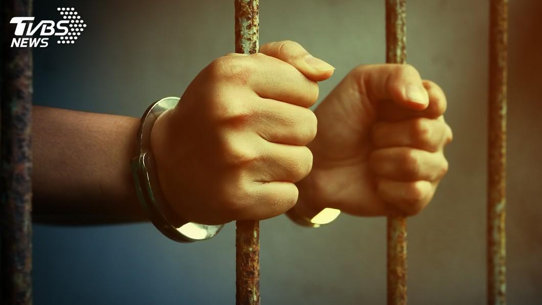 南非1名狠心父親殺害兒子入獄服刑,沒想到出獄後竟又犯下性侵殺害女童的惡行。(示意圖/shutterstock 達志影像) 狠男殺兒還犯11罪被關 出獄殘殺8歲女「鋸手」留念