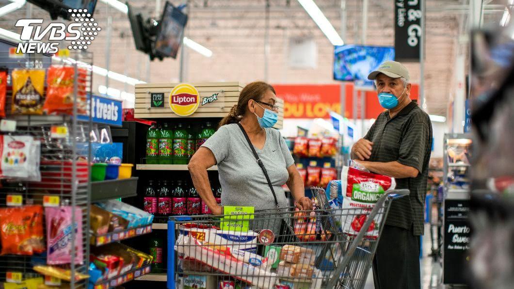 美國沃爾瑪超市出現擁抱怪客。(示意圖/達志影像路透社) 美國現「肺炎擁抱」 男子亂抱顧客:你也被感染了!
