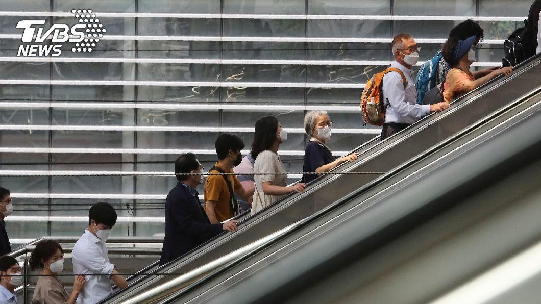 圖/達志影像美聯社 明明宣布因疫關閉 韓海灘週末依舊爆滿