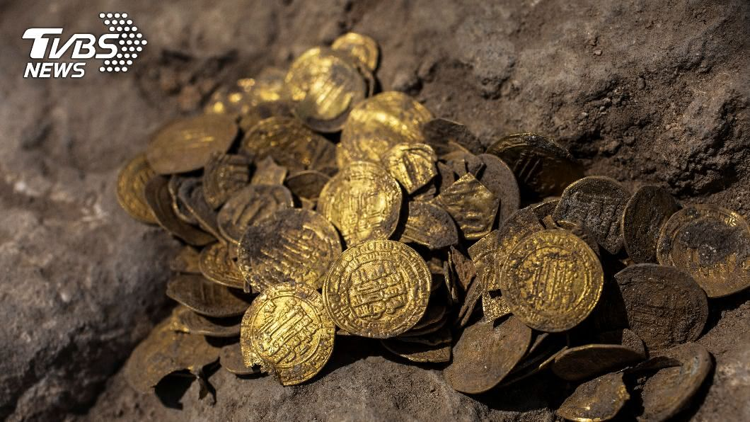 以色列青年志工挖出425枚千年古金幣。(圖/達志影像路透社) 誤認葉子險錯過 考古志工挖出「阿拉伯帝國」古金幣
