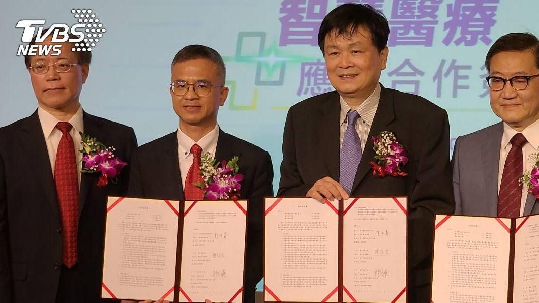 中華電與交大、陽明簽署產學技術合作。(圖/中央社) 中華電攜手陽明交大產學合作 強攻智慧醫療