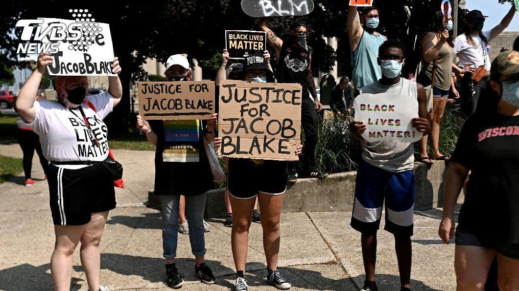 美國警察朝非裔背後開多槍引發眾怒。(圖/達志影像路透社) 美警朝非裔男背後開槍 NBA詹姆斯密契爾等球星氣炸