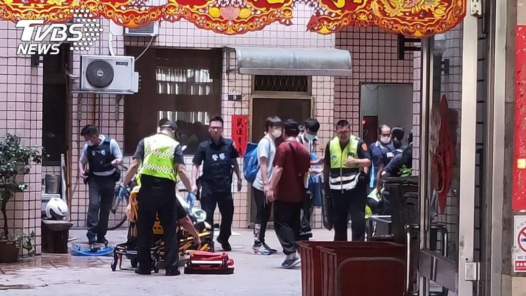 員警遭砍傷。(圖/中央社) 台中員警配合強制查封遇襲 思覺失調男子砍傷左腳