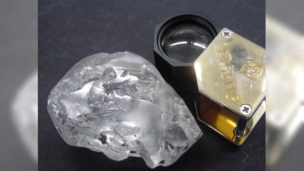 非洲內陸國家賴索托一處礦區,日前挖出一顆442克拉的超巨大鑽石。(圖/翻攝自推特) 非洲小國挖出442克拉「超巨大鑽石」 市值估5.3億