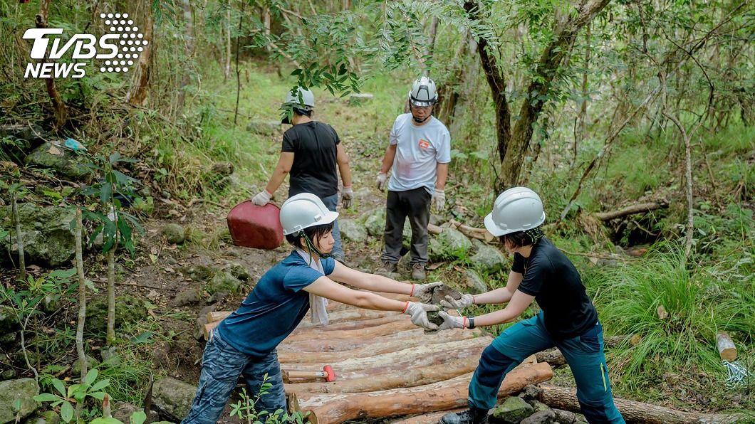 志工和部落族人參與東管處活動。(圖/中央社) 東管處推部落工作假期 安通越嶺古道手作步道