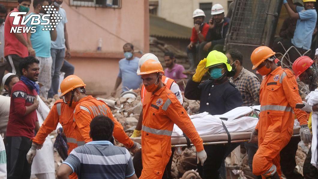 印度公寓倒塌。(圖/達志影像路透社) 印度公寓倒塌11死 4歲男孩在瓦礫中獲救