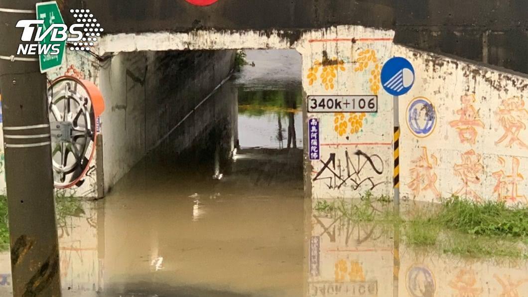 高雄市因間歇豪雨造成多處地區積水。(圖/中央社) 高市豪大雨不斷!岡山、路竹落雷停電 9處水位警戒
