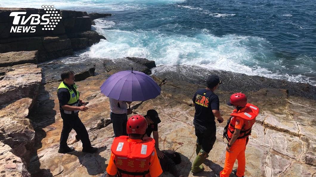 釣客失足落海,消防出動大批人員著裝搶救。(圖/TVBS) 貢寮龍洞失足落海! 釣客無生命跡象搶救中