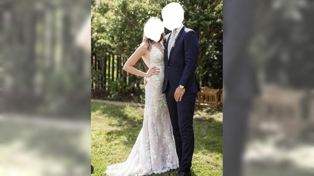 女子參加婚禮穿著彷彿新娘。(圖/翻攝自reddit) 搶新娘風采!女穿蕾絲「深V白紗」遭罵翻:不懂尊重