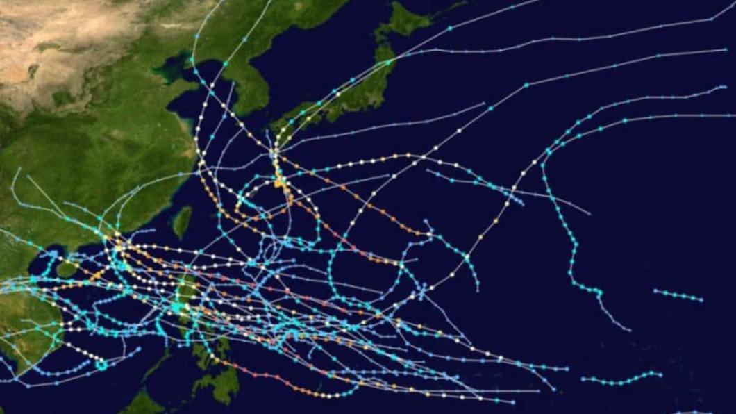 網路瘋傳這張颱風路徑圖,疑有神秘力量保護台灣。(圖/翻攝自天氣風險臉書) 颱風進不來?網傳「神秘力量」護台 天氣粉專闢謠