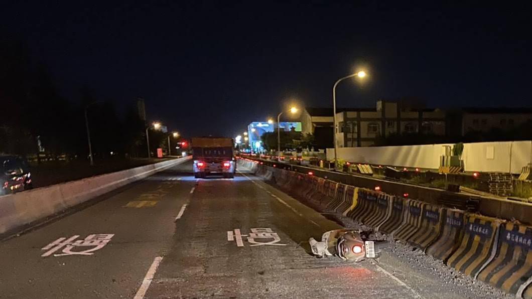 (圖/中央社,民眾提供) 花蓮死亡車禍…22歲女疑騎車自摔 遭曳引車爆頭輾斃