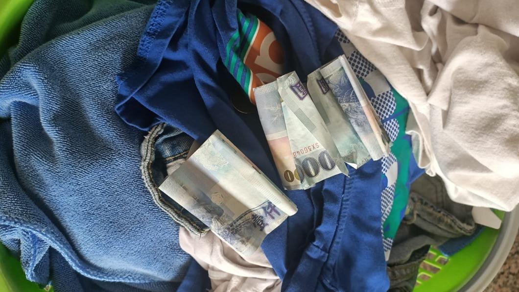 一名網友收衣服時發現,有陌生人好心替她把3千元蓋住。(圖/翻攝自爆廢公社二館) 超暖心!陌生人「隨手一蓋」 粗心女逃過破財之災