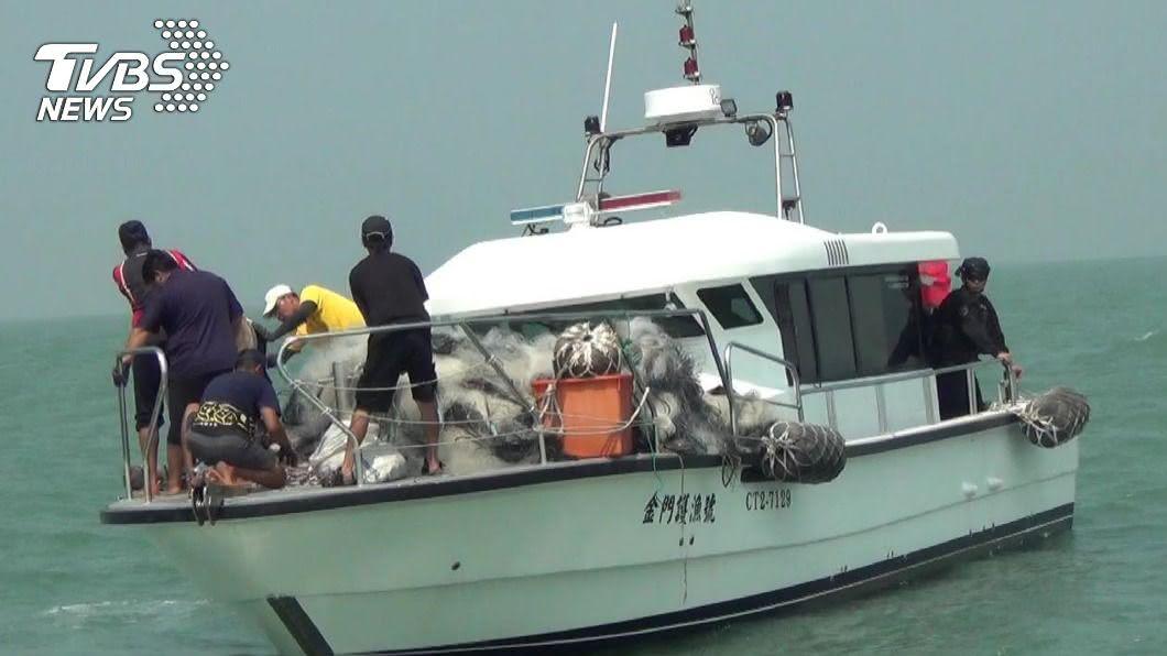 海巡署在大岩嶼外海清除海上非法布網計65件。(圖/金門海巡隊提供) 金門海巡掃蕩陸船越界布流刺網 清除65件銷毀
