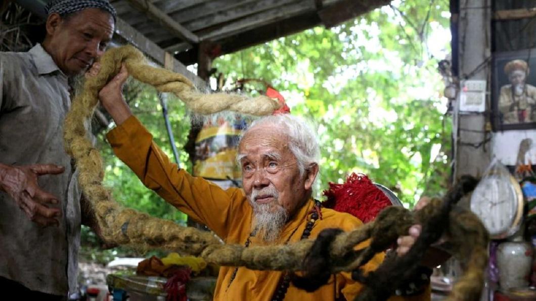 越南一名92歲的老翁,已經有將近80年的時間不曾剪頭髮了。(圖/翻攝自推特) 92歲翁篤信神秘力量 80年不洗不剪蓄5公尺長髮