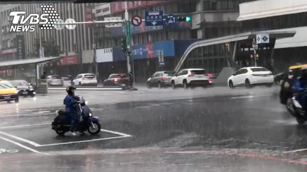 全台有雨,東北部要低窪地區請慎防淹水。(圖/TVBS) 雨勢猛催!北北基18縣市豪、大雨特報 中南部雷雨狂炸