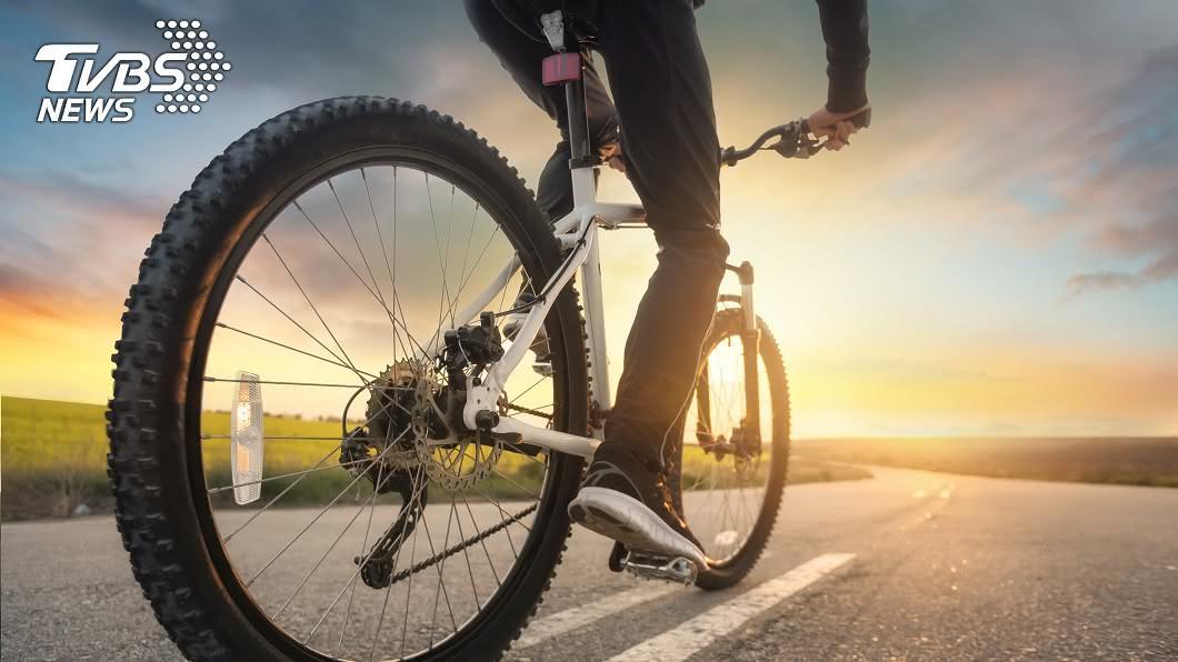 騎腳踏車示意圖,與本文無關/shutterstock達志影像 騎單車爆胎…人妻急救援 「慘況瞬增3倍」萬人笑噴